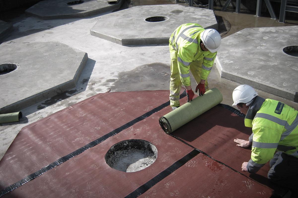 Plinth installation for raw material bulk storage vessel